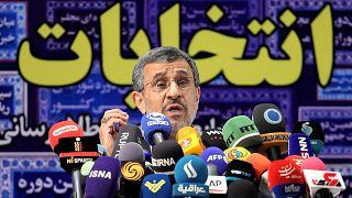الرئيس الإيراني السابق محمود أحمدي نجاد بعد ترشحه مرة أخرى للانتخابات الرئاسية المقرر إجراؤها في يونيو، طهران، 12 مايو 2021