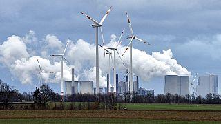 Windräder vor einem Kohlekraftwerk in Jackerath, 7.12.2018