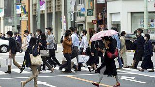 Japonya'nın başkenti Tokyo'da koronavirüs salgınına karşı maske takan halk