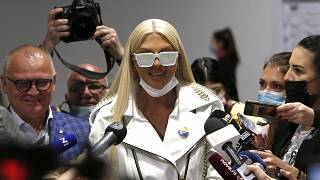 La pop star serbe Jelena Karleusa au milieu des journalistes après avoir reçu sa première dose de vaccin anti-Covid. Belgrade (Serbie), le 06/05/2021