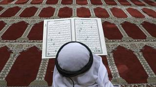 Endonzeya: Öğretmen, Kuran okumayı kolaylaştırmak için 'Şeriat Palyaçosu' kıyafeti giyiyor
