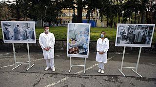 Νοσοκόμοι έξω από εμβολιαστικό κέντρο στο Βελιγράδι