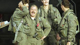 عدد من الطيارين الأمريكيين في استراحة بعد تنفيذ غارات على أهداف في العراق خلال حرب الخليج الثانية في حملة عاصفة الصحراء. 24/02/1991