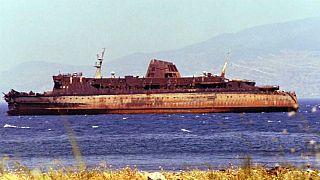 La carcassa del traghetto Moby Prince