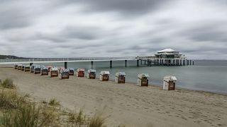Las nubes de lluvia pasan sobre la bahía de Luebeck y las sillas de playa en Timmendorfer Strand, Alemania, el 7 de mayo de 2021.