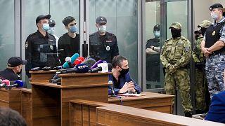 Üvegfal mögött hallgatja a bíróság végzését a kazanyi vérengzés gyanúsítottja 2021. május 12-én