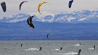 Kitesurfer am Bodensee - im Hintergrund die Schweizer Berge