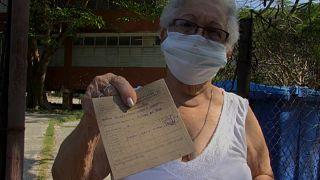 Una señora muestra su certificado de vacunación en La Habana, Cuba