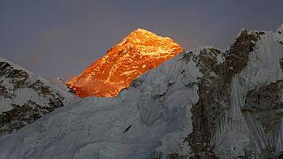 Nepal'deki Kalapatthar'dan zirvenin görünüşü