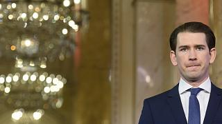 Az osztrák kancellár egyik áprilisi sajtóértekezletén, a bécsi kormányülés közben