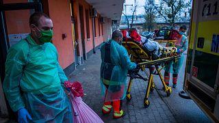 Lélegeztetett beteg elszállítása a fővárosi Szent László Kórházból tavaly novemberben