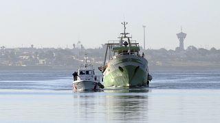 Guardia costiera italiana scorta peschereccio