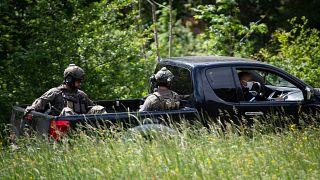 Gendarmi impegnati nella ricerca dell'uomo accusato di un duplice omicidio a Plantiers, in Francia