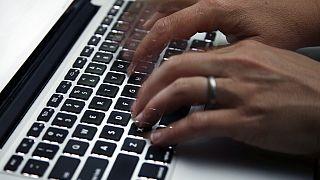 Symbolbild: Person arbeitet an einem Rechner