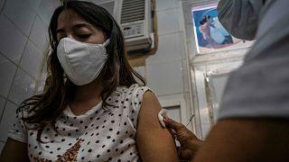 كوبا تطلق حملة التطعيم ضد كوفيد -19 باستخدام لقاحين محليي الصنع