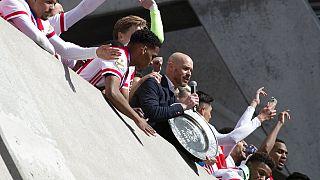 Ajax, 2020-2021 Eredivisie Şampiyonu alarak kupanın sahibi oldu