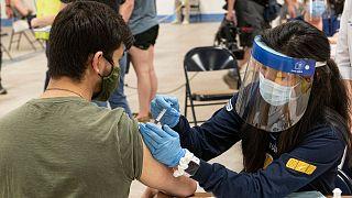 تزریق واکسن در یکی از مراکز واکسیناسیون در اوهایو