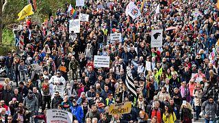 Német vírustagadó és oltásellenes tüntetés Stuttgartban, áprilisban