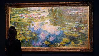 Le Bassin aux nymphéas de Claude Monet exposé avant sa mise en vente lors d'une vente aux enchères par Sotheby à New York le 3 mai 2021
