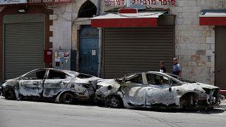 سيارتان أتت عليهما النيران بعد اشتباكات بين يهود متطرفين وفلسطينيين في مدينة اللد وسط إسرائيل. 11/05/2021