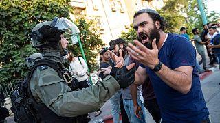 درگیری یکی از هواداران راست افراطی اسرائیل با پلیس ضدشورش