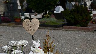 """المقبرة الأثرية في بيرغامو، زهور ونقش""""إلى الأبد في قلبي""""- إيطاليا"""