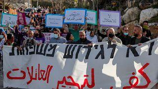 فلسطينيون وإسرائيليون ونشطاء أجانب يرفعون لافتات ضد التهجير القسري لعائلات مقدسية بحي الشيخ جراح. 09/04/2021