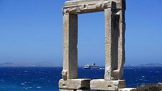 Un ferry se acerca al puerto de Portara en la isla de Naxos, Grecia