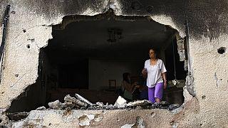 Frau in ihrer durch Luftschläge zerstörten Wohnung in  Petah Tikva in Israel