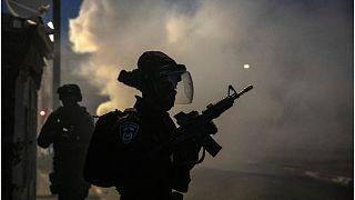 رجل يطلق النار على مجموعة من اليهود في اللد (شهود والشرطة)