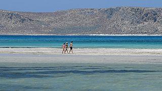 Des touristes profitent de la beauté des paysages en Crète, ce jeudi 13 mai