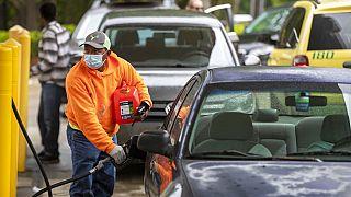 Un automovilista rellena su depósito en Raleigh, Carolina del Norte