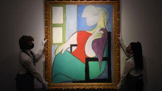 """لوحة """"المرأة الجالسة بالقرب من نافذة (ماري تيريز)"""" للرسام بابلو بيكاسو"""