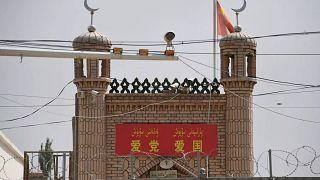 Doğu Türkistan'da gözetim altında bir cami