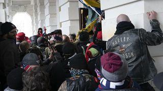 صورة من الارشيف- يحاول المتمردون الموالون لدونالد ترامب فتح باب مبنى الكابيتول الأمريكي