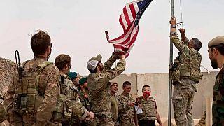 إنزال العلم الأمريكي أثناء مراسم تسليم من الجيش الأمريكي إلى الجيش الأفغاني، في كامب أنطونيك، في إقليم هلمند 2 مايو 2021