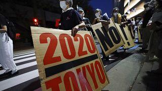 معارضون لأولمبياد طوكيو 2020  يسيرون حول استاد طوكيو الوطني خلال مظاهرة مناهضة للأولمبياد - 9 آيار /  مايو 2021