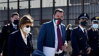 Matteo Salvini megérkezik az ellene folyó előzetes bírósági eljárás áprilisi ülésére