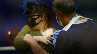 Védőoltás beadása Londonban (illusztráció)