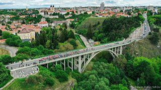 A Tour de Hongrie mezőnyének egy része a veszprémi völgyhídon