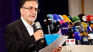 السياسي الإصلاحي مصطفى تاج زاده يتحدث إلى وسائل الإعلام بعد تسجيل ترشيحه في وزارة الداخلية في العاصمة طهران، في 14  آذار / مايو 2021