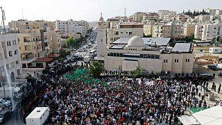 آلاف الأردنيين يتظاهرون أمام السفارة الإسرائيلية في عمّان تضامناً مع الفلسطينيين في القدس والضفة الغربية وقطاع غزة وتنديداً بالاحتلال 10 أيار/مايو 2021