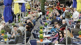 Almanya'nın Duesseldorf kentinde bir kafe (arşiv)