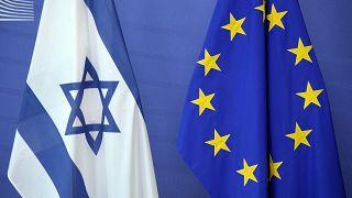 صورة من الارشيف - علم إسرائيل بجانب علم الاتحاد الأوروبي في مقر مفوضية الاتحاد الأوروبي في بروكسل