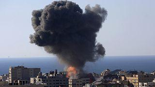 Gazze'de İsrail savaş uçakları tarafından hedef alınan bir bina