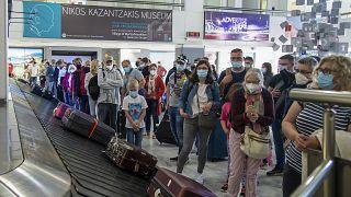 Urlaubsgäste warten auf dem Flughafen von Heraklion auf ihre Koffer