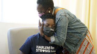 Un 14enne riceve il vaccino a New York, negli Stati Uniti