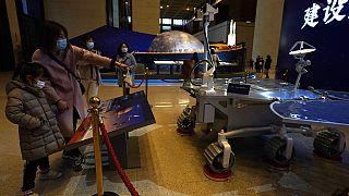 Una réplica del robot Zhurong expuesta en un museo de Pekín
