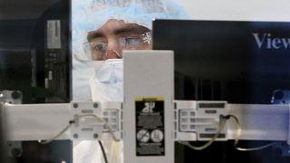 في إحدى المنشآت الطبية التابعة لعملاق صناعة الأدوية موديرنا