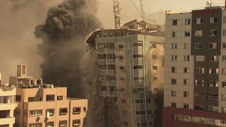 برج محل استقرار رسانههای بینالمللی در غزه در پی بمباران ارتش اسرائیل منهدم شد